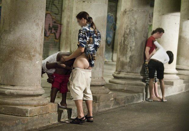 Toda mujer debe prostituirse al menos una vez en su vida con un extranjero.